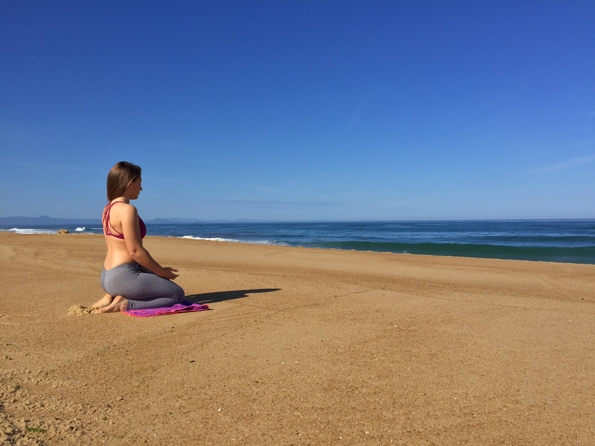 méditation face à l'océan à la plage de la pointe