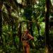 femme respirant en pleine foret tropical pour gérer son stress